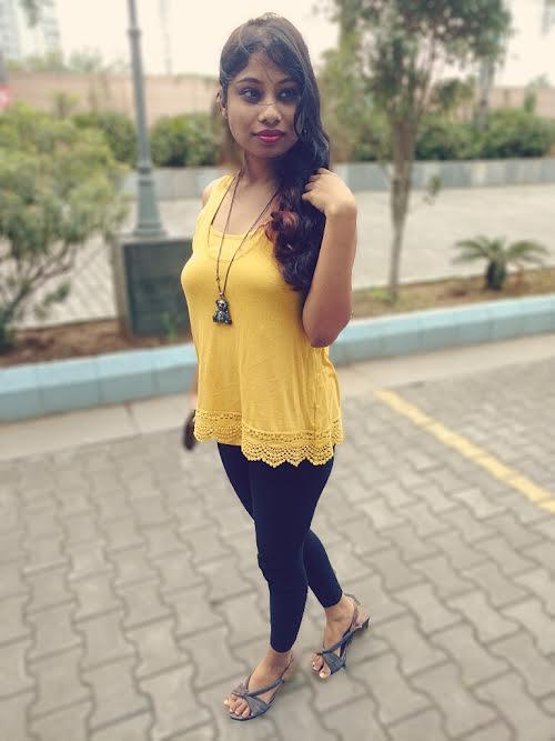 Neckpiece for your yellow dress